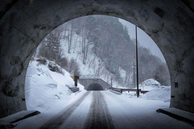 峠のトンネル雪道
