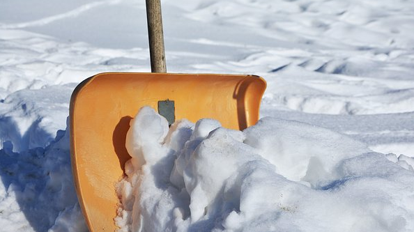 スコップで雪かき