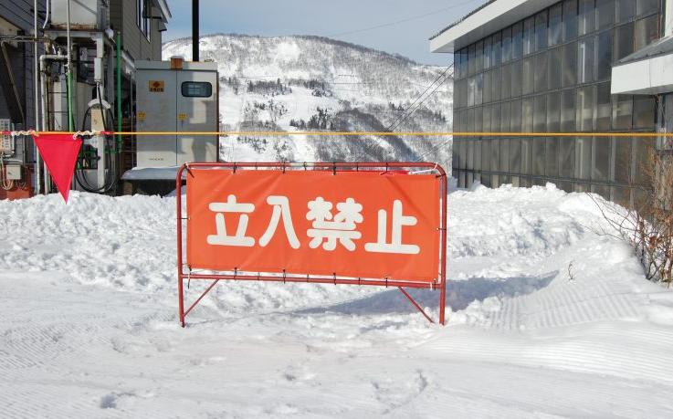 空き地に雪捨て